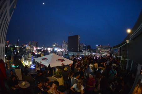 夕陽が沈む頃には、会場はパンパン。オーディエンスは、大都会の夜景をバックに思い思いの時間を過ごした。