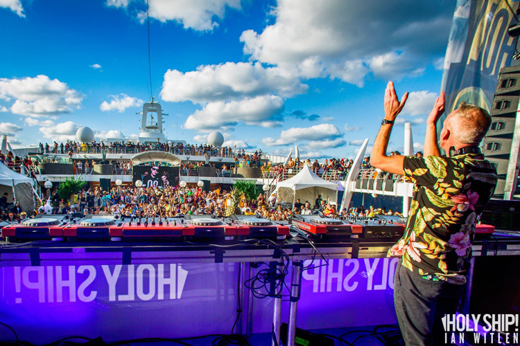 01_Fatboy-Slim-@-Holy-Ship-2015-